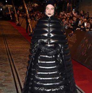 ezra miller look crimenes de grindelwald vestido negro queer