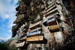 Lugares siniestros isla luzon filipinas cadaveres ataudes colgantes cementerio2