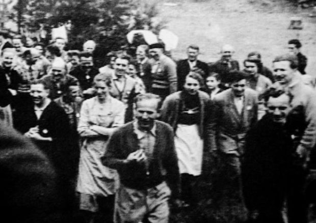 Фото группы поселенцев с Паулем Шефером в центре.
