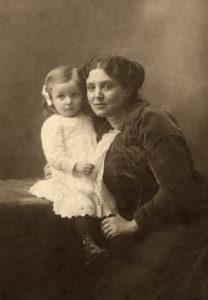 Louise con su madre-Louise-Bourgeois-Escultora
