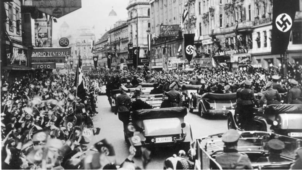 Militares alemanes entran triunfantes a territorio austriaco en 1938