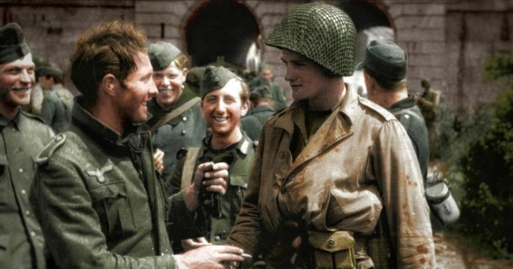 Soldados alemanes conviviendo con un soldado estadounidense en Itter.